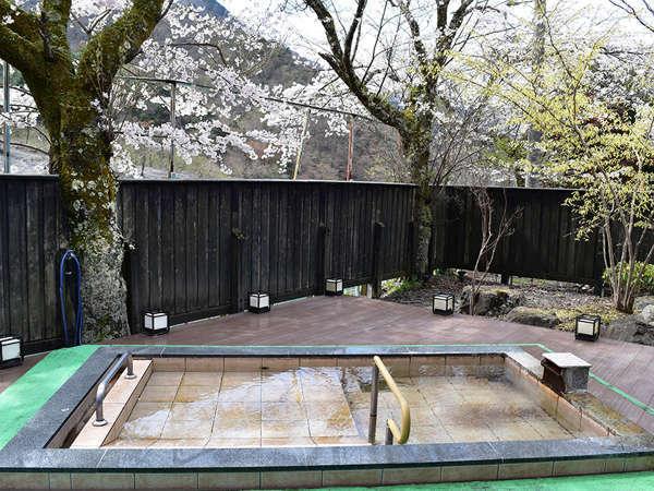*女性用露天風呂/四季折々の里山の自然の中、解放感を堪能していただけます。春は桜を眺めて♪