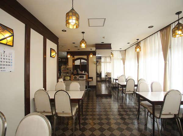 明るいカフェで朝食を提供しております!※前日の21:00までにフロントにてご予約下さいませ。