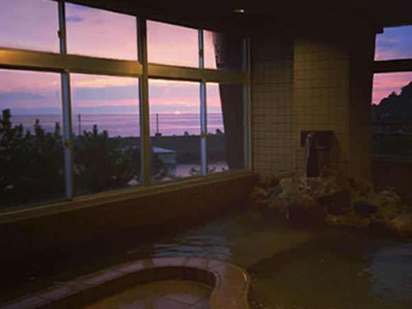 夕陽に染まる大浴場