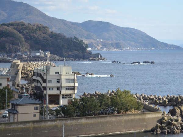 越前海岸の海に突き出た安入望の上にたつふるさとの宿こばせです。建物は北前船をイメージした形です。