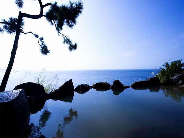男性露天風呂。体の芯から温まる温泉を海を眺めながら・・・♪