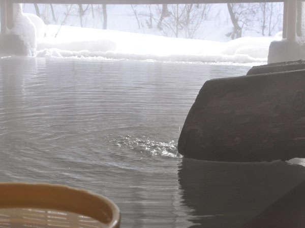 銀世界と温もりの露天風呂
