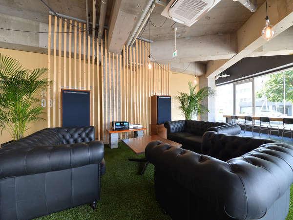 マッキントッシュ社のアンプを中心にレイアウトされた音楽空間のロビー