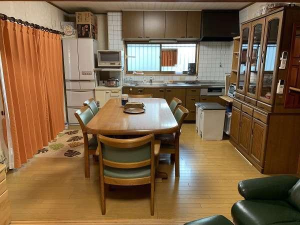 大テーブルとキッチン