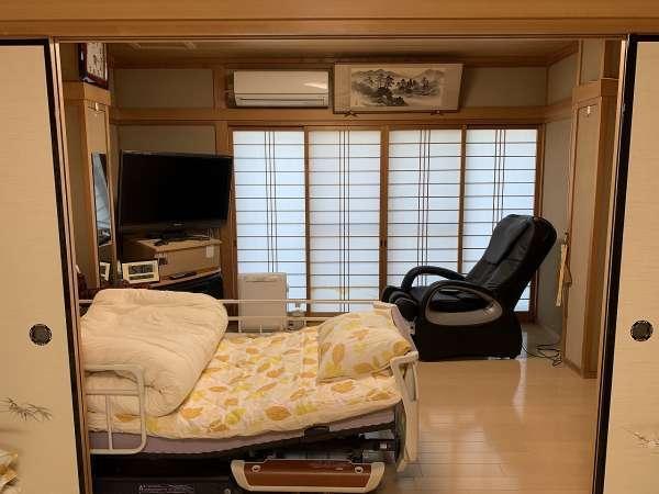 マッサージチェアとテレビとリクライニングベッド