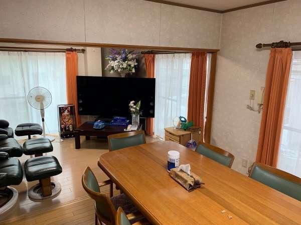 大画面テレビとテーブル