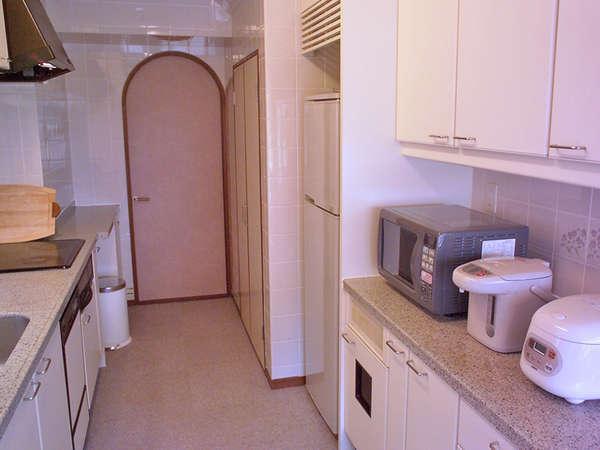 【キッチン】ゆったりとした広さのキッチン。備品の詳細についてはお気軽にお問合せください。