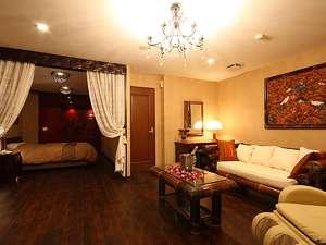 客室は全て50㎡の広さで、お部屋の窓からはリゾート感あふれる庭園をご覧頂けます。