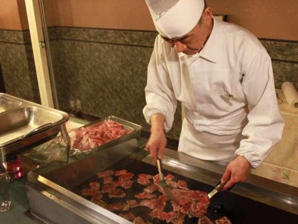 オープンキッチンでの北海道産牛