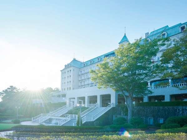 海外のお城のような外観。ホテルからは太平洋を眺めることができます。
