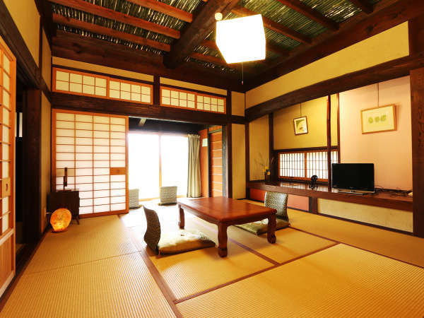 特別室「山笑」備え付きの半露天風呂は温泉になります。プライベートな空間でお過ごしください。