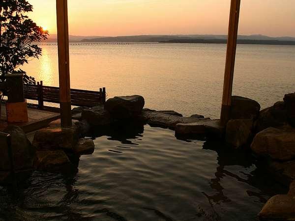 夕陽に染まる女性大浴場露天風呂。まるで海に浸かっているような感覚になれます。