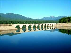 北海道遺産の『タウシュベツ川橋梁』糠平湖に架かるアーチ型の橋です。