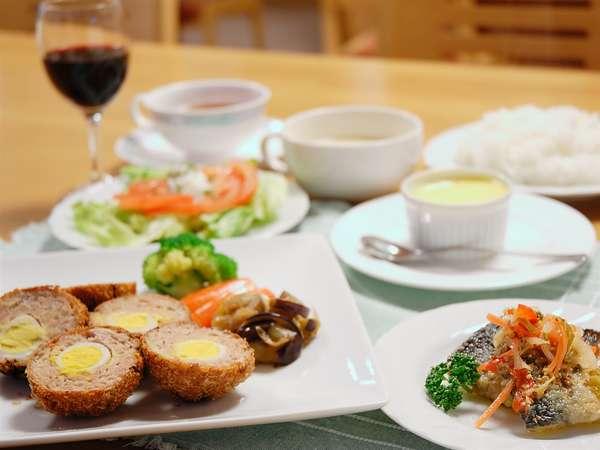 洋食の一例です。手作りのデザート付です。