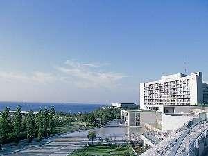 全客室から大阪湾が見渡せます。(淡路夢舞台よりホテルを望みます)