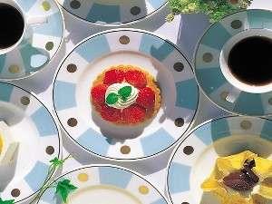 ロビーラウンジ「ルッチョラ」でケーキをお楽しみください(イメージ)