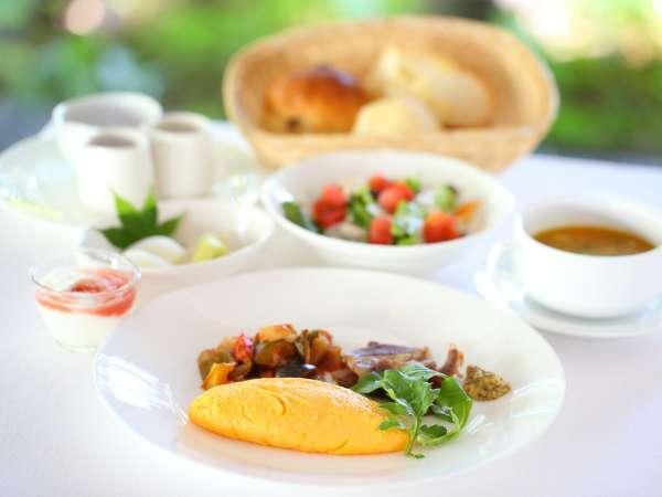 *【ご朝食 洋食一例】地元で採れた新鮮野菜や濃厚で深みのある味わいの卵料理などをご用意しております。