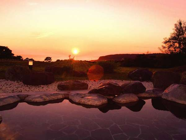 和風風呂の露天から見る太平洋に沈む夕陽
