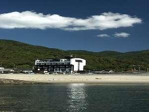 ホテルの目の前は白い砂浜と芝生公園でまさにプライベートビーチ!