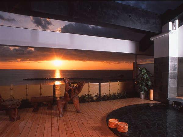 【温泉】広々ウッドテラス・巨木椅子付きの男女別露天風呂(夕景)