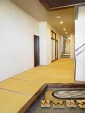 一階廊下は畳敷き。館内は素足で