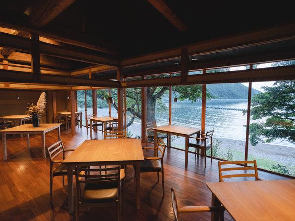 「RESTAURANT UCHITOMI」若狭湾を眺めながらゆっくりとお食事いただけます。