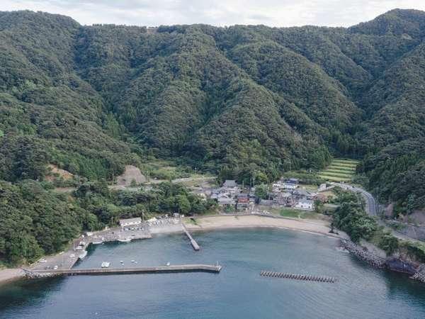 """海と山に囲まれた、全11戸の小さな漁村""""志積"""""""