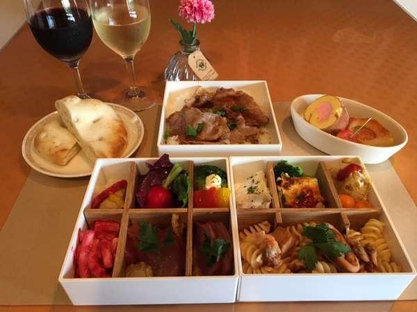 お部屋へお届けする夕食。手間・仕込み・コストをかけたボックスはボリュームも満点。