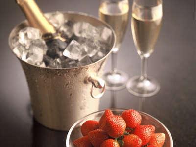 ロマンス − フルボトル・シャンパンとフルーツをプレゼント。お二人のために思い出に残るひとときをお届け