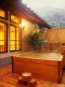 【食湯館】女性の檜露天風呂『はなゑみの湯』。夢酔庵宿泊の方の浴場です。