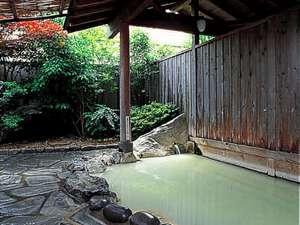 露天風呂は硫黄泉を使用。夜間は無料で貸切OK