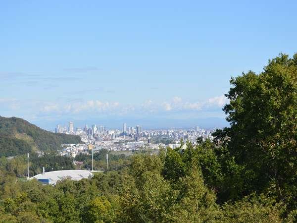 緑に囲まれた真駒内柏丘。札幌市内が一望できます。