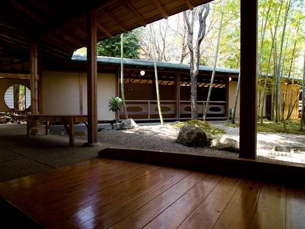 季節を感じる空間―渡り廊下―