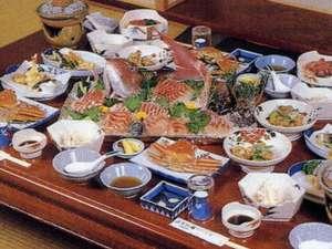 新鮮な日本海の幸をどうぞ。舟盛りや越前ガニのご注文も承ります。お問い合わせください。