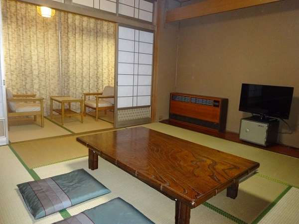 和室8畳のお部屋。液晶TV、空冷蔵庫、トイレはウォシュレット付きです。