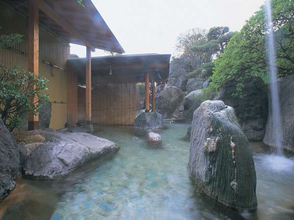 銘石を配された荘厳な空間の露天風呂