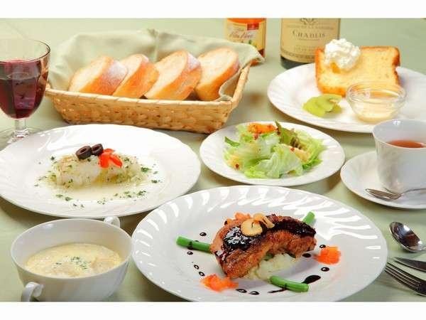 欧風家庭料理フルコース温かさを大切に順次テーブルへ・・・