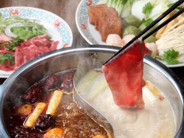 桂花苑の「火鍋」を辛味の赤スープと薬膳の白スープで味わう冬のあったかディナー付
