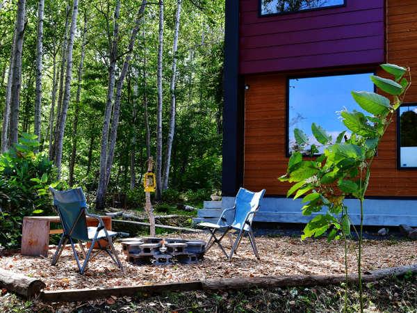 前庭にバーベキューコーナー。白樺林のほとりでゆっくりと食事を楽しめます。