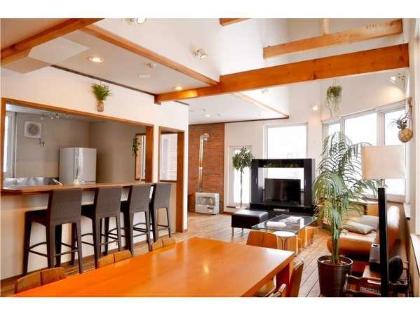 リビング:キッチンと対面のカウンター、たくさんのソファでゆったり♪