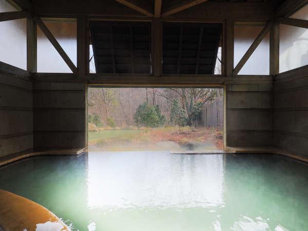 大浴場からは大胆に切り取られた風景を楽しめる。