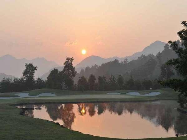 *夕日を眺めながらのゴルフプレーは宿泊施設ゴルフ場ならでは。