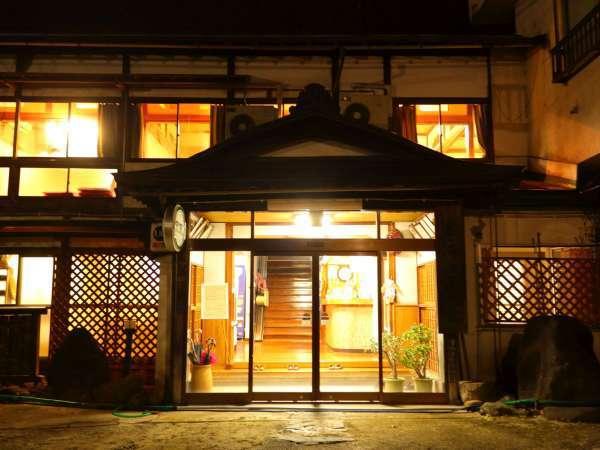 【昔ながらの湯治場の雰囲気を残す外観】古き良き時代の温泉宿として長年営業をしております。