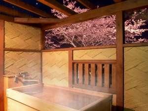 貸切風呂「貴婦人と打たせ湯」には桧の露天風呂も付いてます。写真は露天から夜桜を眺めるシーン。