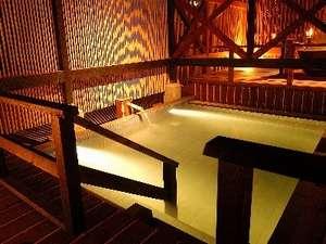 庭園露天風呂は竹格子と幻想的な水中ライトが魅力!別に陶器の浴槽も2ヶ所御座います。
