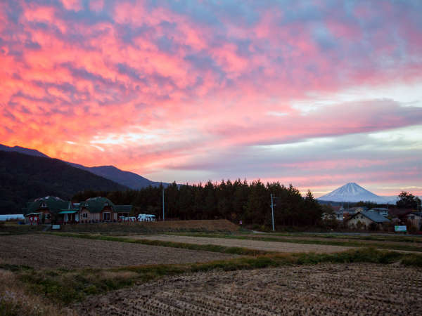 散歩道から一望 朝焼けの富士山