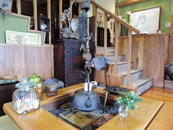 *囲炉裏/みなさまの憩いの場となっている、人気の囲炉裏スペース。