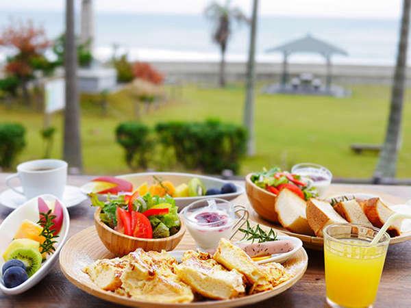 ・・・8種から選ぶメイン&手作りピザ1枚・・・海辺のお洒落カフェごはん(2食付)