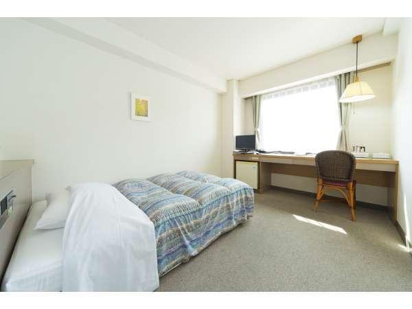 シングルルーム全室セミダブルベッド完備
