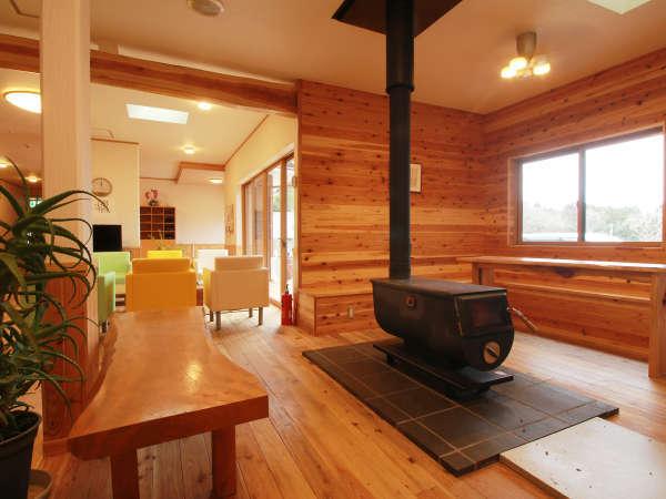 ★館内_木の温もりが溢れるロビー。冬は薪ストーブが優しい温かさで包みます。